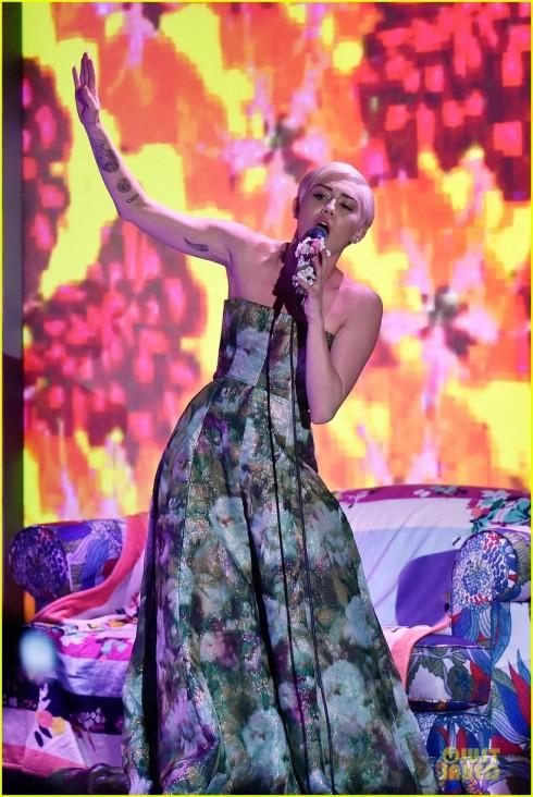 Miley Cyrus biểu diễn tại lễ trao giải.