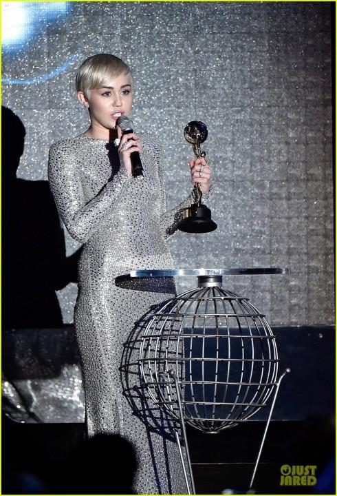 Miley Cyrus nhận giải Nữ nghệ sĩ xuất sắc