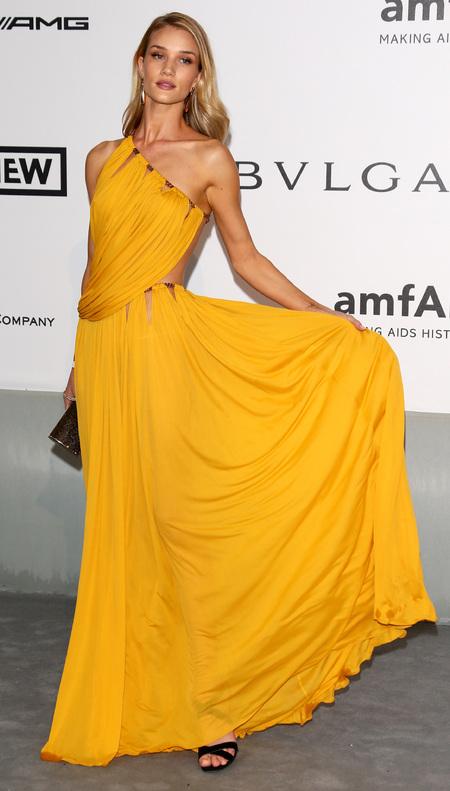 10. Rosie Huntington <br/>Cô đào bốc lửa trông thật thu hút và gợi cảm với mái tóc vài dài óng ả và những chiếc váy dạ hội của Gucci và Versace. >br> <br> Ảnh: Rosie Huntington trong thiết kế của Versace