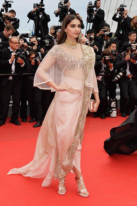 4. Sonam Kapoor <br/>Cô diễn viên gốc Ấn Độ kết hợp hài hoà trang phục mang đậm dấu ấn Bollywood và ngày hôm sau là chiếc váy dạ hội sang trọng của Elie Saab Couture.
