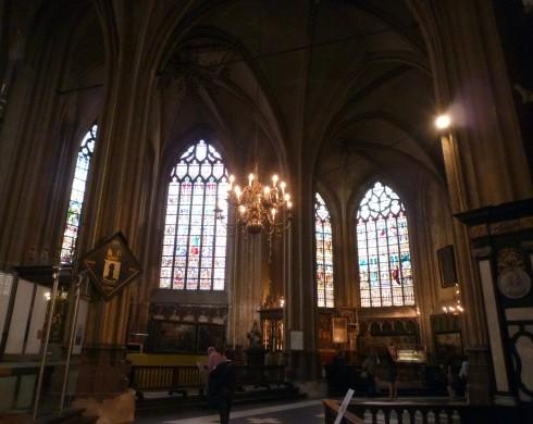 Cửa kính màu bên trong nhà thờ St. Salvator
