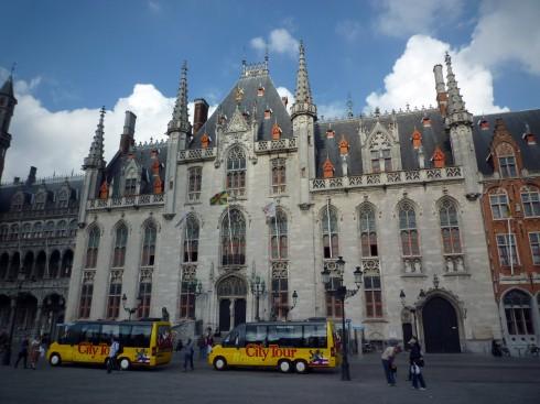 Tòa thị chính Bruges tại quảng trường trung tâm