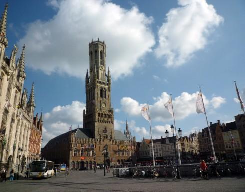 Sát bên tòa thị chính là tháp chuông cổ Belfort được xây dựng từ thời Trung cổ – biểu tượng nổi tiếng của thành phố. Với chiều cao 83m, tháp được sử dụng như một vị trí quan trọng để quan sát các đám cháy và báo giờ, loan tin… thông qua hệ thống chuông. Hiện nay, tháp hơi nghiêng một ít về phía Đông, nhưng vẫn là nơi thú vị để ngắm toàn cảnh Bruges