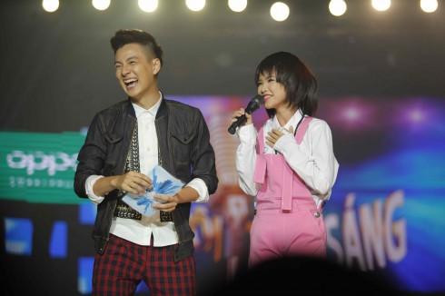 Khởi My cùng Ngô Kiến Huy - MC chương trình - giao lưu cùng khán giả.