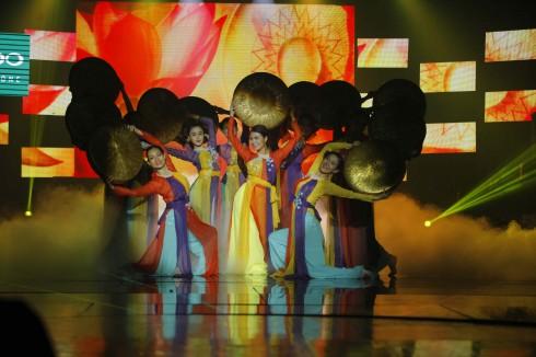 Hoàng Thùy Linh có 7 năm học múa, vì thế khán giả không ngạc nhiên khi cô có thể uyển chuyển các động tác trong Thoáng Xuân