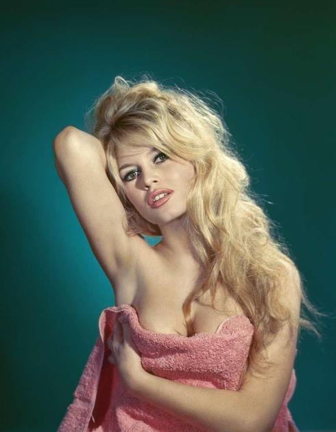 <strong>Thiên Bình (23/9 - 22/10)</strong><br/>Rắc rối ghen tuông sẽ chi phối những ngày đầu tháng của Thiên Bình, đây cũng là thời điểm bạn hao tài vì những sự cố bất ngờ. Giữa tháng, thành tựu trong công việc sẽ vực dậy tinh thần của bạn. Cuối tháng, Thiên Bình sẽ tìm được cảm giác bình yên và thiền định để gột rửa tâm hồn. <br> Sao cung Thiên Bình: Brigitte Bardot