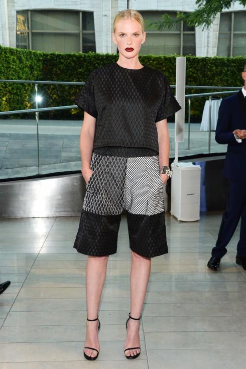 Anne V trong thiết kế Jonathan Simkhai