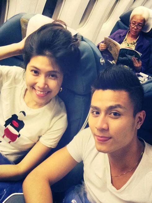 Vĩnh Thụy chia sẻ hình ảnh anh cùng người mẫu Thu Hằng trên chuyến bay đến Pháp.