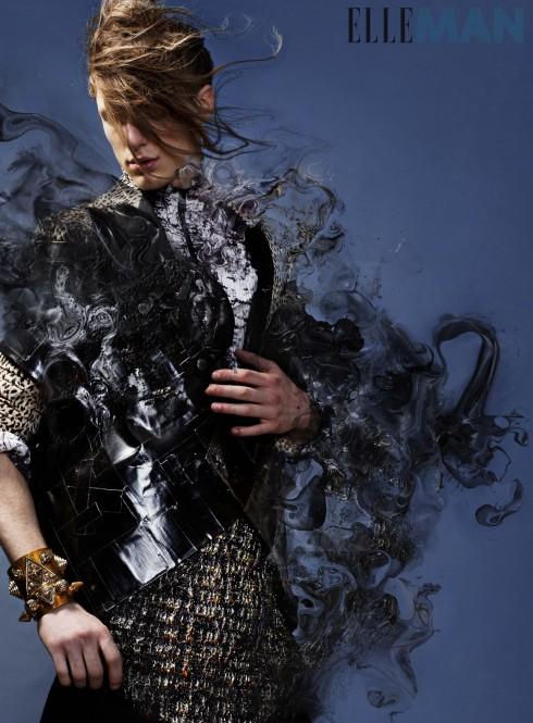 Áo vest Liam Hodges, Áo blazer Saint Laurent, Áo khoác xếp ly Issey Miyake Men, Áo sơmi (buộc) Dolce & Gabbana, Vòng tay bản lớn bằng vàng KTZ