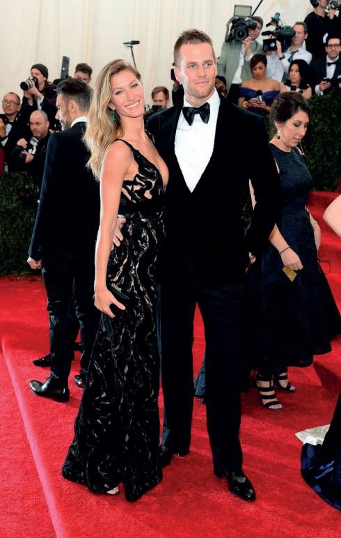 """Cho dù không theo đúng dress code """"White Tie"""" của buổi tiệc, Tom Brady (mặc Tom Ford) cùng cô vợ siêu mẫu Giselle Bundchen (mặc Balenciaga) luôn giữ vị trí """"Cặp đôi đẹp nhất""""."""