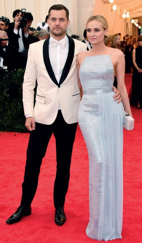 Nữ diễn viên Diane Kruger diện váy sequin của Hugo Boss sánh đôi cùng Joshua Jackson.