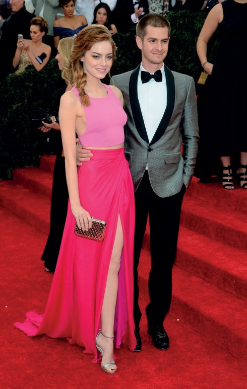 Cặp đôi trong phim lẫn ngoài đời của bộ phim Amazing Spider Man: Andrew Garfield (áo vest Band of Outsiders) và Emma Stone (đầm Thakoon).