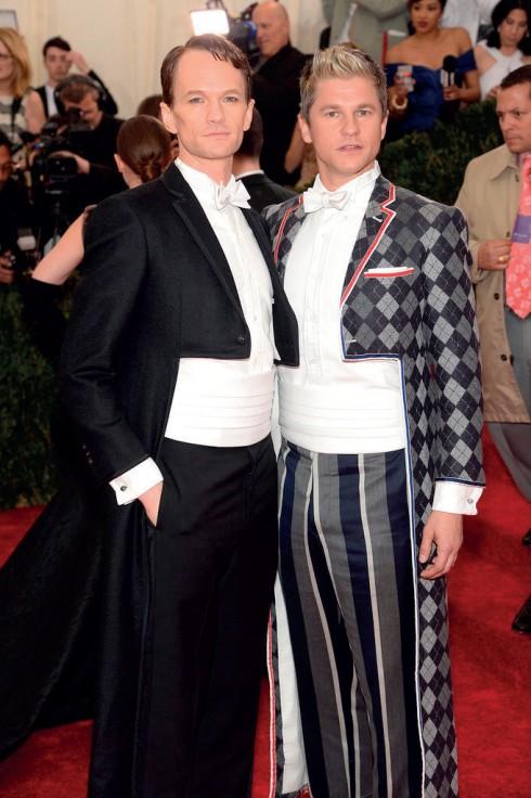 Cặp đôi Neil Patrick Harris và David Burtka cùng chọn lễ phục đuôi tôm của Thom Browne.