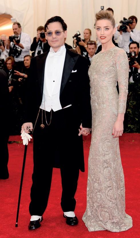 Johnny Depp (suit của Ralph Lauren Purple Label) luôn thu hút sự chú ý khi xuất hiện trên thảm đỏ, đặc biệt khi bên cạnh anh là vị hôn thê xinh đẹp Amber Heard (mặc Giambattista Valli).