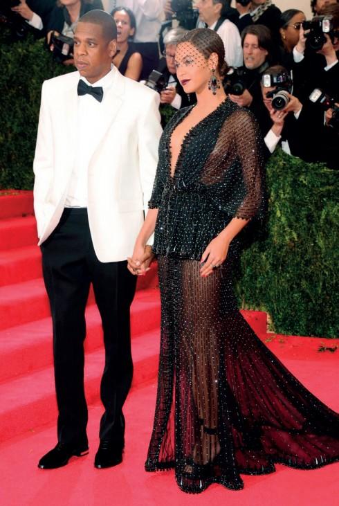 Rapper Jay-Z và Beyoncé Knowles trong váy dạ hội Givenchy luôn khiến mọi người phải ngoái nhìn.