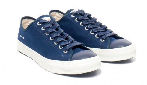 Sneaker cổ điển<br/>Kiểu giày thể thao đế cao su thường được làm bằng chất liệu vải bố. Bạn hãy lưu ý kỹ để tránh nhầm sneakers với các kiểu giày thể thao hay giày chạy
