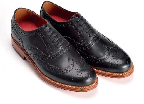 Giày Brogue <br/>Đây là một kiểu biến tấu của Wing-tip với mũi giày cao, hai bên thân giày cong đẹp mắt được khâu nối và đục lỗ trên chất liệu da bê hoặc da mềm.