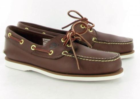Giày Boat shoes <br/>Giày bằng vải canvas hoặc da, đế giày bằng nhựa, có nhiều rãnh để có thể bám chặt và tránh trơn trượt. Đây là kiểu giày không cần mang vớ.