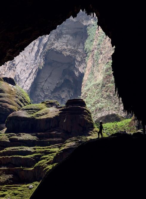 Hố sụt tạo nên một cảnh quan kỳ vĩ trong lòng hang
