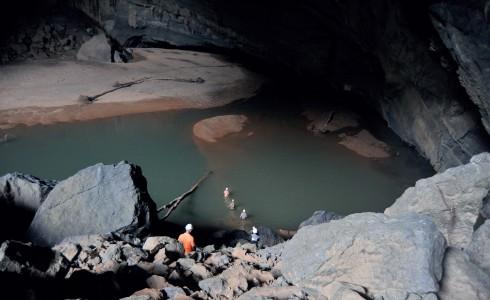 Để đến Sơn Đoòng, vượt sông ngầm trong hang Én sẽ là một thử thách phải đối mặt.