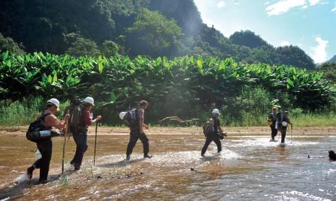 Những giây phút lên cạn, xuống nước diễn ra trong suốt hành trình đến Sơn Đoòng.