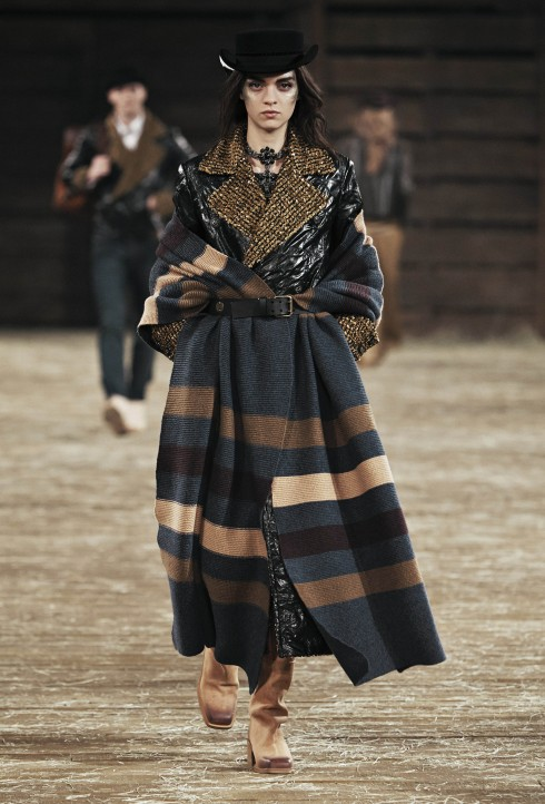 Western Knit<br/>Một biến tấu đầy hiện đại của cảm hứng cowboy với những thiết kế đan len. Khăn choàng họa tiết bản lớn có thể được khoác trên vai hoậc kết hợp cùng thắt lưng. Các họa tiết thổ dân da đỏ trên nền áo cardigan và pullover oversized.