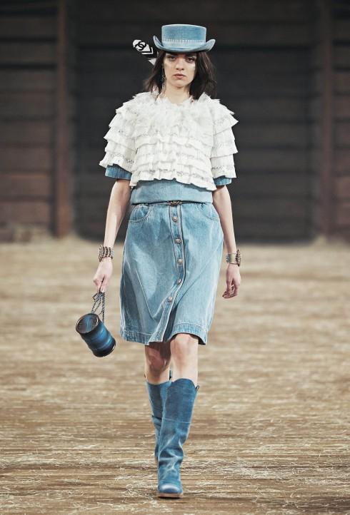 Feminine Denim<br/>Các thiết kế denim căn bản như quần denim co giãn tới chân váy kết hợp ton-sur-ton với áo cardigan hoặc pullover trong các tông màu denim từ đậm tới nhạt hay áo blouses và váy từ chất liệu vải tulle hoặc organza.