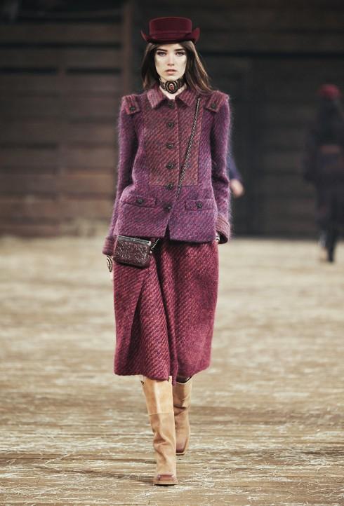 Texas Suit<br/>Các thiết kế suit làm từ chất liệu len, mohair hay tweed alpaca với bảng màu tím, cam và nâu với chi tiết sơi tua rua (fringe)