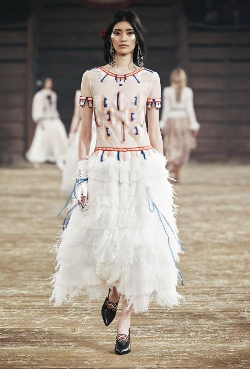 Romantic Squaw<br/>Cảm hứng thổ dân da đỏ với các chi tiết thêu đính ngọc trai và lông vũ tuyệt vời. Các thiết kế váy từ chất liệu muslin và organza đầy tinh tế