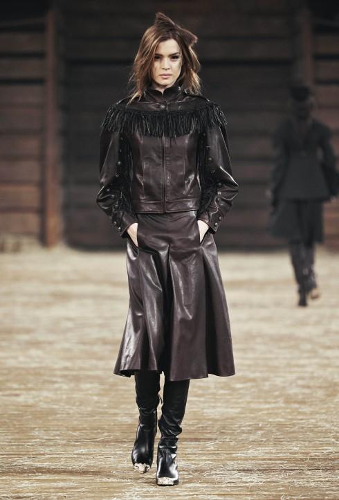 Cowboy Leather<br/>Các thiết kế lấy cảm hứng cowboy mạnh mẽ được nhấn mạnh với chất liệu da. Các thiết kế suit từ chất liệu da nâu tuyệt đẹp hay thiết kế áo choàng cape sợi da tua rua (fringe) kết hợp cùng chiếc đầm nhỏ màu đỏ (little red dress)