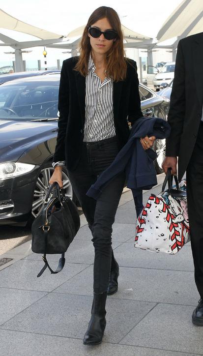 Alexa Chung đáp xuống sân bay London cùng chiếc túi Sofia Coppola phiên bản limited của Louis Vuitton. Kích thước rộng rãi giúp cô dễ dàng mang theo tất cả những vật dụng cần thiết cho một chuyến bay dài.