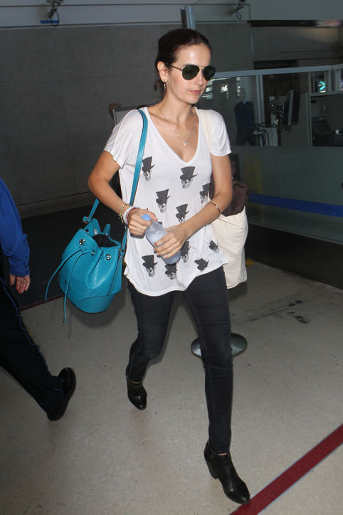 Camillia Belle cập nhật xu hướng bucket bag đang gây sốt mùa hè này với chiếc túi cỡ trung màu xanh của Gucci.