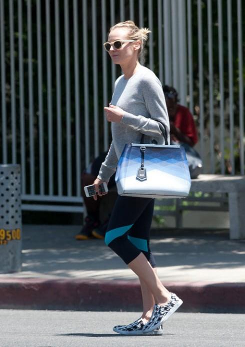 Chiếc túi Fendi Ombré 2Jours với các sắc xanh đan xen mà Diane Kruger thường mang theo đến phòng gym.