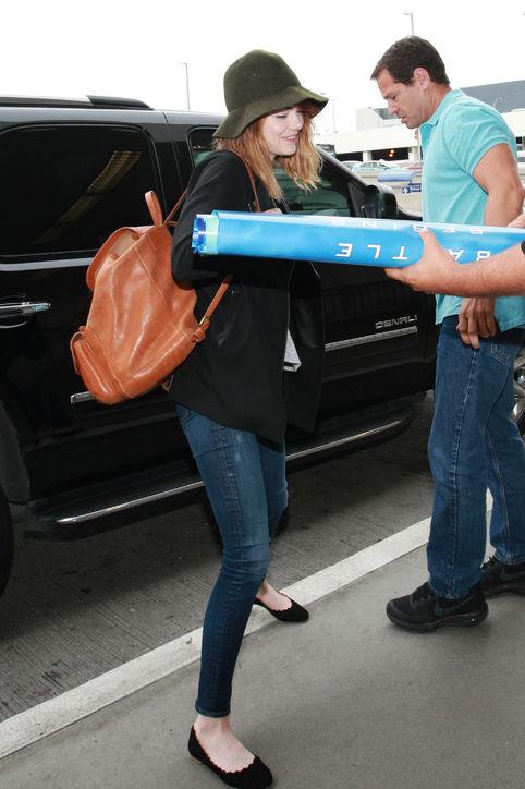 Emma Stone trông thật đáng yêu và năng động với chiếc balô da màu nâu của Madewell. Đây là chiếc túi ưa thích của nàng Gwen Stacy được cô dùng rất thường xuyên.
