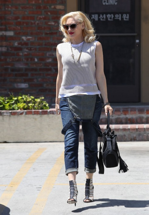 Gwen Stefani dạo phố Los Angeles với chiếc quần yếm jeans thả lơi, giày cao gót strappy cá tính và mẫu túi dây thắt tua rua từ dòng túi L.A.M.B do chính cô sản xuất.