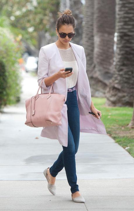Jessica Alba phối hợp chiếc túi oversize Louis Vuitton màu hồng cùng áo blazer dài và thắt lưng cùng màu. Phong cách đơn giản và lịch sự tôn thêm vẻ doanh nhân của bà mẹ hai con.