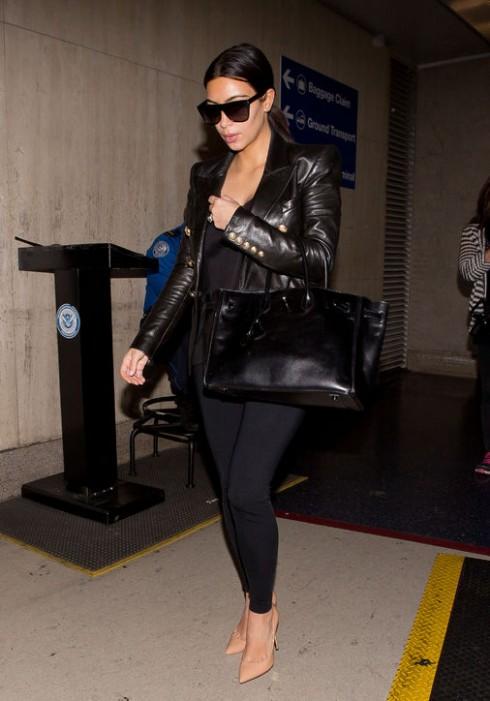 Kim Kardashian là một tín đồ của Hermès Birkin. Cô xuất hiện tại sân bay sau đám cưới và tuần trăng mật ngọt ngào với một chiếc túi Birkin màu đen quen thuộc trên tay.