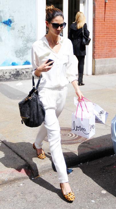 Lily Aldridge<br/>Lily Aldridge chọn bộ jumpsuit trắng tinh với đôi giày bệt hoạ tiết da báo và chiếc túi pandora cỡ lớn của Givenchy.