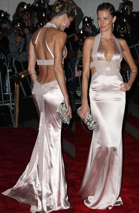 2008: Giselse xuất hiện tại buổi Gala Metropolitan Costume Institute trong chiếc đầm Versace cut-out táo bạo, được bình chọn top 10 bộ trang phục đẹp nhất trên thảm đỏ năm ấy.