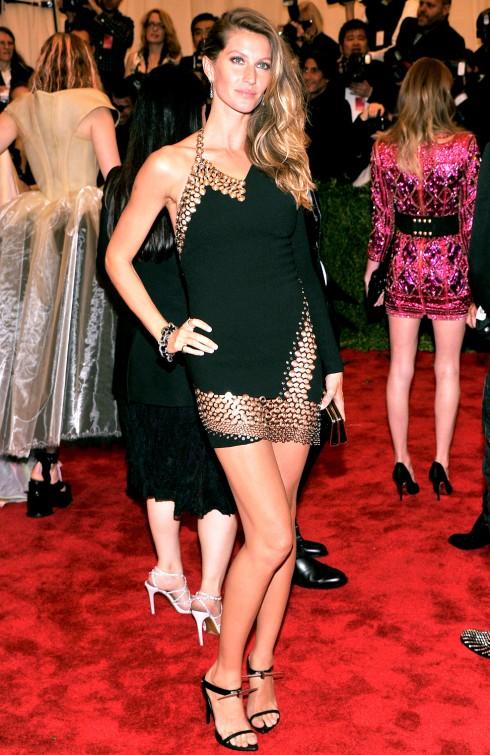 2013: Một trang phục cá tính và lạ mắt hiệu Anthony Vaccarello của cô tại Met Gala 2013