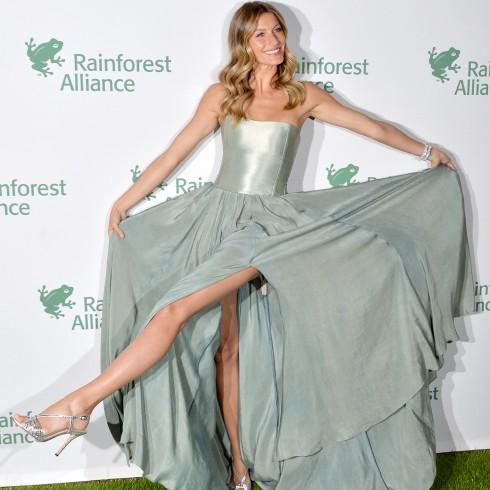 2014: Hình ảnh pha trò đáng yêu hiếm hoi của cô trong chiếc đầm Prophetik tại sự kiện Rainforest Alliance.