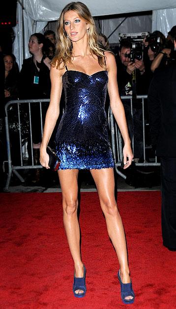 2009: Gisele tham dự MET Costume Gala trong chiếc đầm lấp lánh màu xanh navy, thuộc bộ sưu tập Versace Spring 2009.