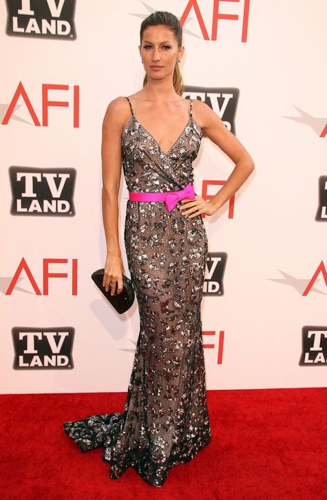 2011: Gisele Bundchen thu hút sự chú ý của nhiếp ảnh trong trang phục Oscar de la Renta Pre-Fall 2011 khi đến tham dự lễ trao giải AFI Life Achievement lần thứ 39. <br/>IF