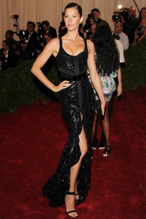 2012: Tại Met Gala 2012, Gisele nổi bật trong thiết kế Givenchy Haute Couture của Riccardo Tisci. Đây cũng là bộ trang phục được bình chọn trong top những chiếc đầm đẹp nhất Met Gala 2012.