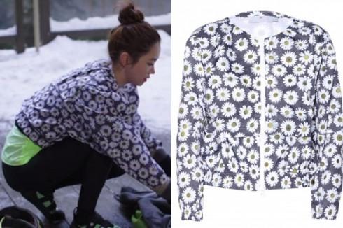 Nhân vật Ah Mo Ne với áo Adidas by Stella McCartney họa tiết hoa cúc có giá hơn 4 triệu đồng.