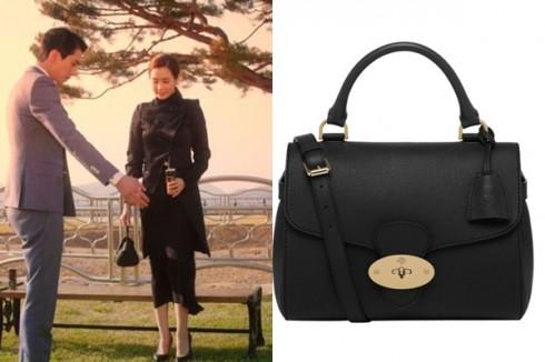 Style tông đen toàn tập cùng túi xách Mulberry, áo khoác Ann Demeulemeester và giày đồng điệu.