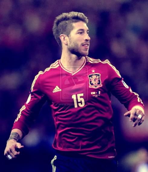Sergio Ramos – Tây Ban Nha <br/>Tuyển thủ của Tây Ban Nha tạo nên sức hút với chút bụi bặm đi kèm với vẻ nam tính lãng tử. Phong cách thời trang với phối layering kinh điển của Sergio Ramos không lẫn vào đâu được. Anh chàng hiển nhiên lọt vào danh sách các cầu thủ mặc đẹp của World Cup 2014.