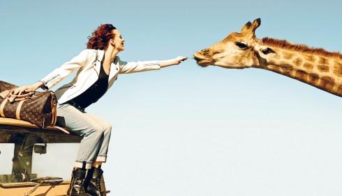 """Chiến dịch quảng cáo cho mùa Xuân-Hè 2014 của Louis Vuitton được thực hiện tại Nam Phi với tên gọi """"Spirit of Travel"""" nhắc nhớ lại cội nguồn của thương hiệu và cuộc hợp tác với nghệ sĩ Jean Larivière từ năm 1978."""