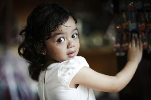 Em bé con gái ông chủ xưởng sản xuất đàn Alegre Guitars tại đảo Mactan, Cebu, Philippines (Tác giả Lê Thế Thắng)