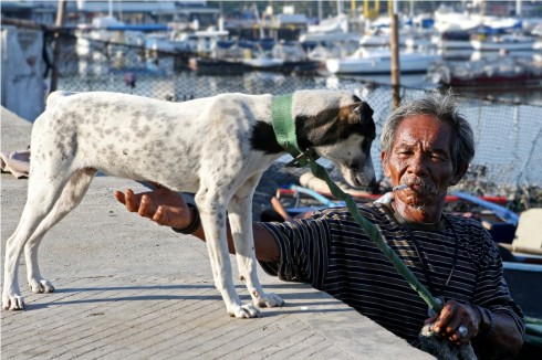 Lão ngư phủ đưa chú chó xuống thuyền ra biển, bắt đầu một ngày dong duổi trên mặt nước tại đảo Cebu, Philippines. Tác giả Nguyễn Hồng Thái